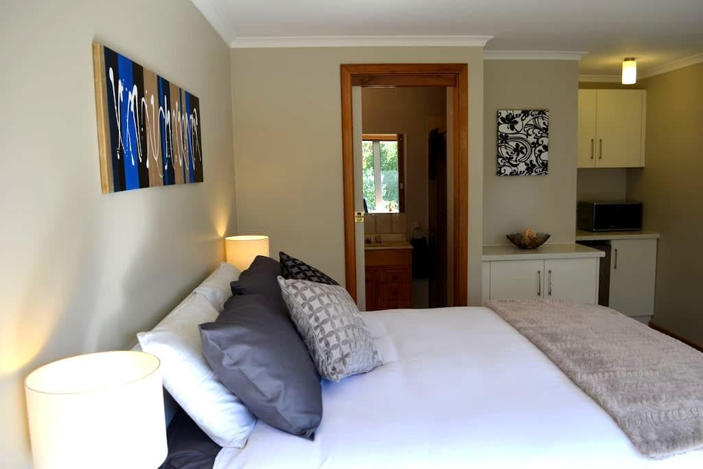 Best of Both Worlds Studio Apartment - Athelstone - Bed & Breakfast