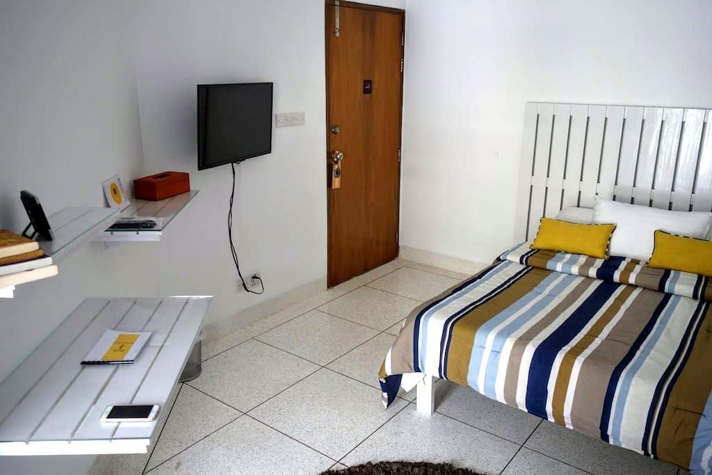 Cozy Room with Balcony near Gulshan - Dhaka - Byt