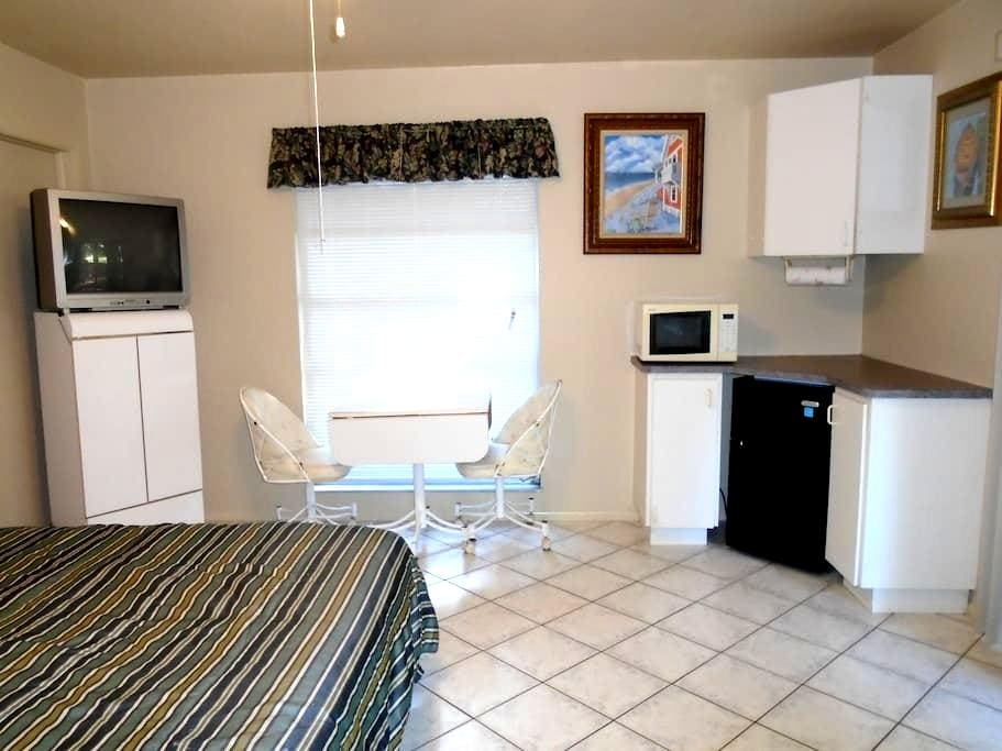 Private Entrance & Bath room/eff. - North Fort Myers - House