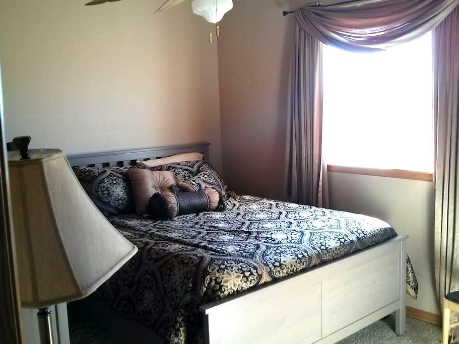queen bedroom #2 - Cheyenne