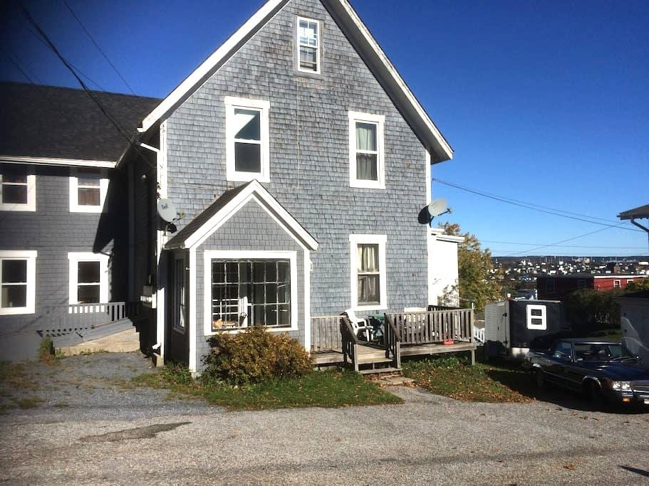 Privacy in a 2 bedroom suite in old Saint John. - Saint John - Apartamento