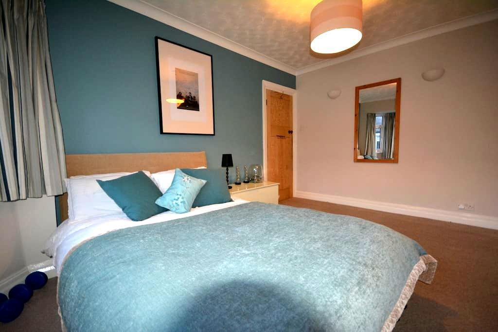 Spacious Double Room in Twickenham - Twickenham - House