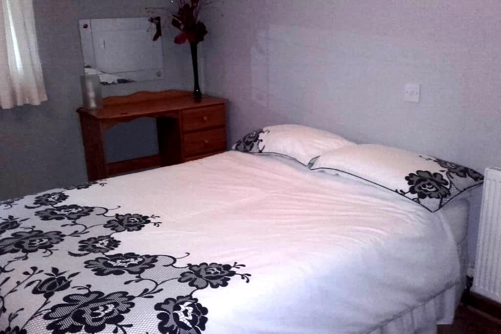 Spacious room with comfortable double bed - Basildon - Bed & Breakfast