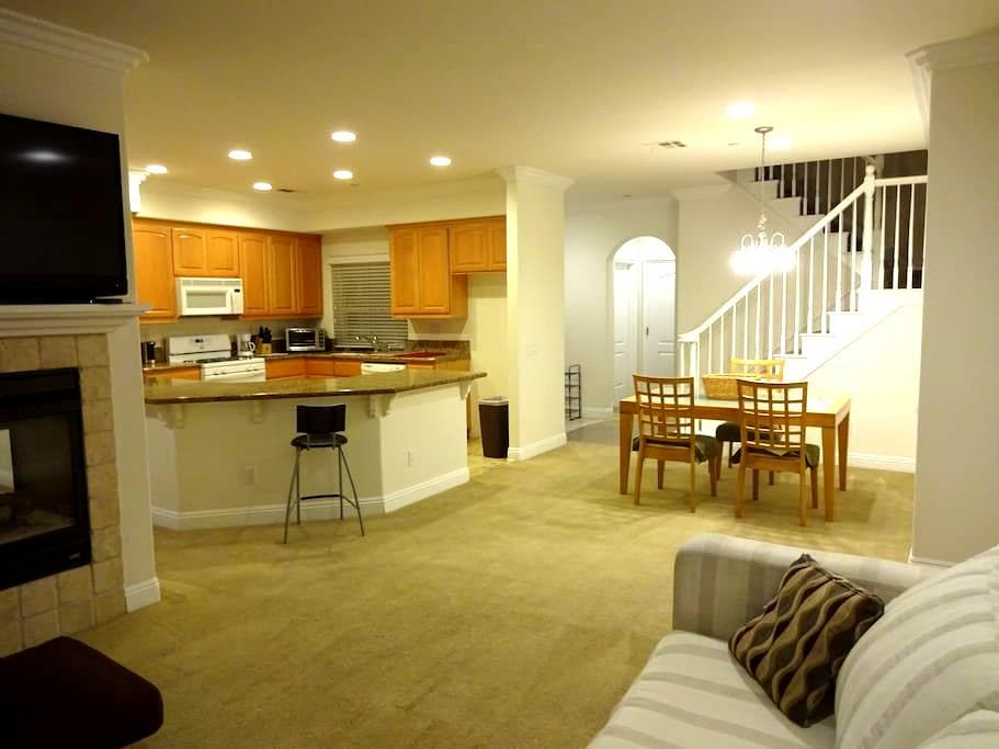 Private Room and Bath in Clean and Quiet Townhouse - Temecula - Townhouse