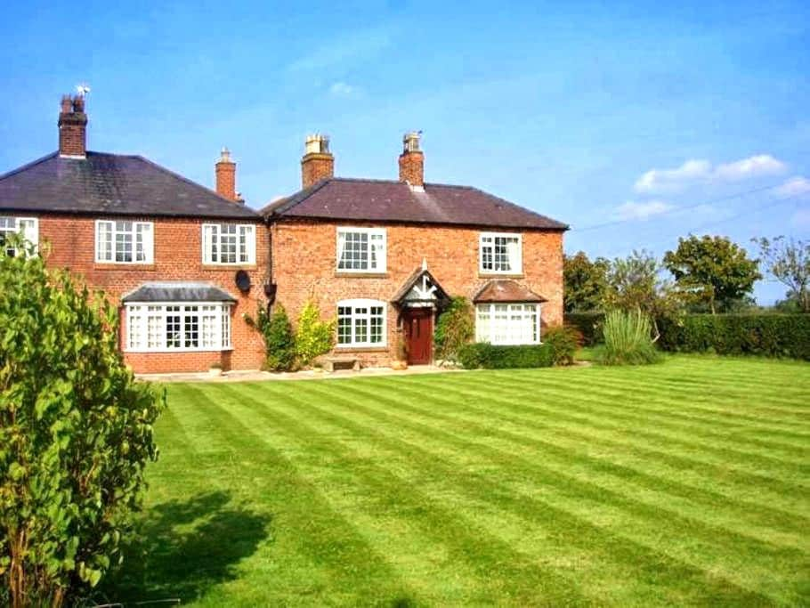Family/twin room in a farmhouse B&B - Farndon