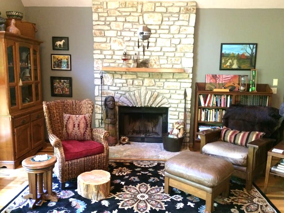 Crow House: artist home with loft - Bloomington - Talo