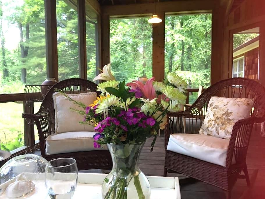 Charming spacious cottage, very large screen porch - Washington - House