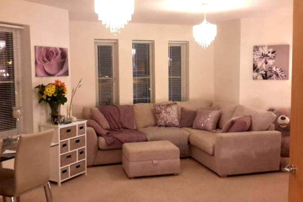 Room to rent within a 2 bed flat - Farnham - Διαμέρισμα