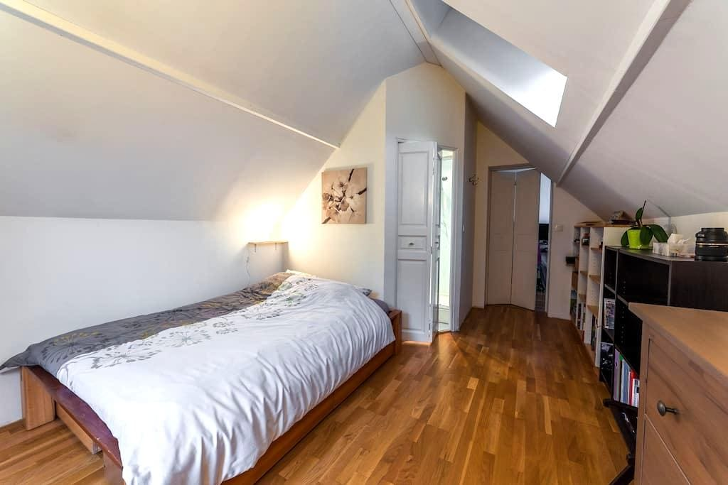 Quiet room with private Bth near train station - Mont-Saint-Aignan - House