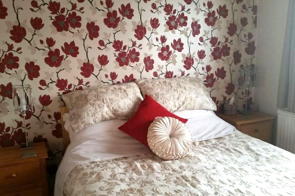 Modern room with private bathroom and living room - Saffron Walden - Дом