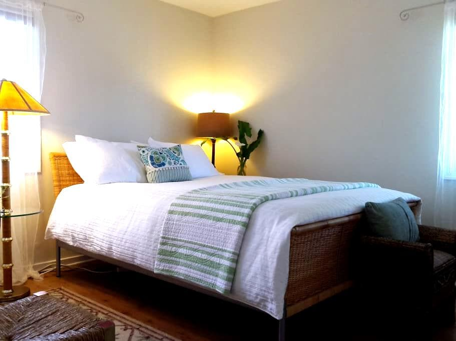 """Sunny, Quiet, """"The Palm"""" Room - San Mateo - House"""