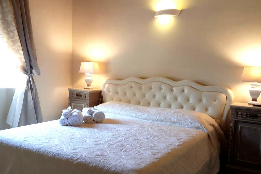 Bedroom S.Michele B&B LA BELLA LUCCA Free Dinner - Lucca - Bed & Breakfast