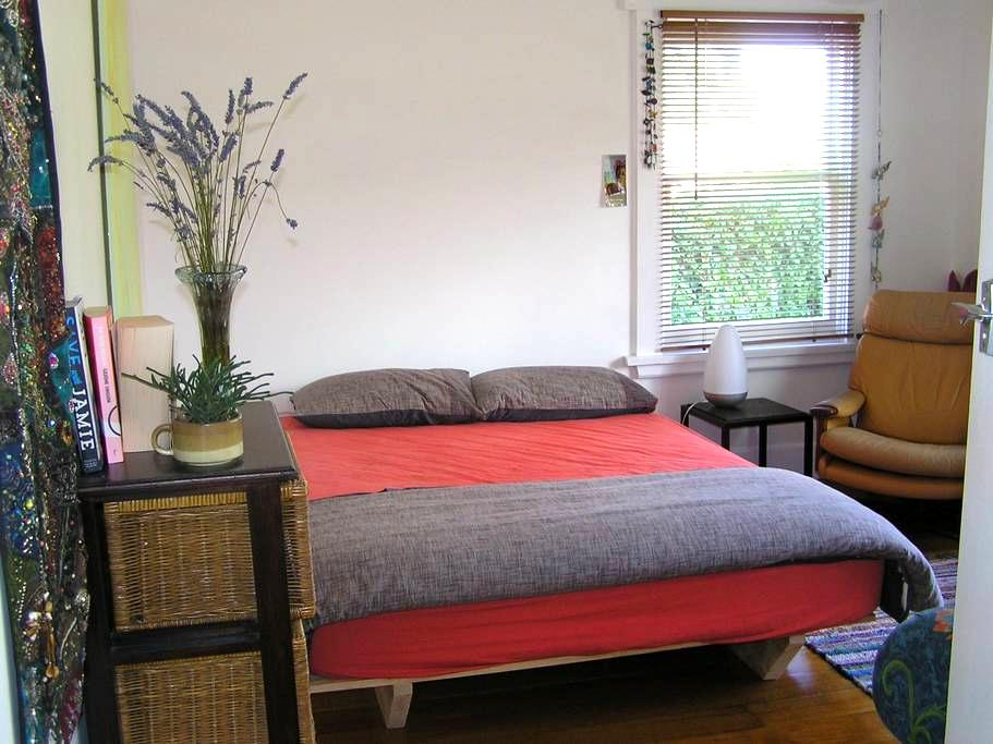 Large, cosy, light filled bedroom - Trevallyn - Rumah