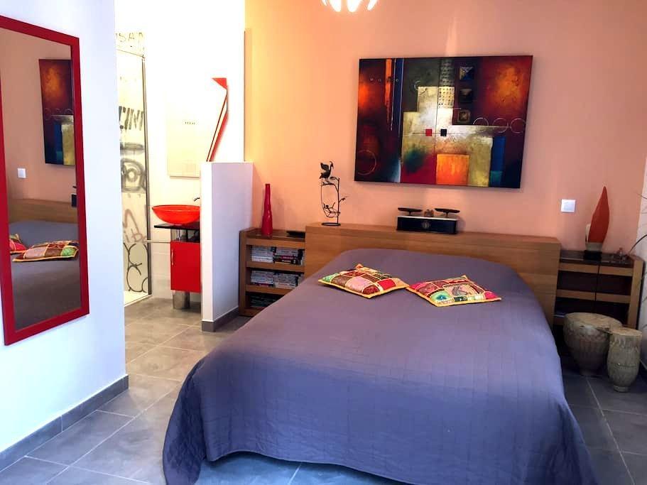 Pause calme, verdoyante à 10 mn du centre d'Aix - Éguilles - Bed & Breakfast
