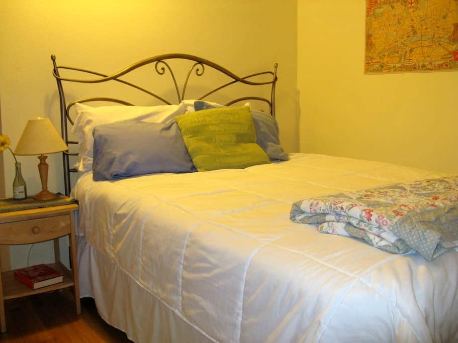Lovely, freshly renovated room overlooking garden - Bellingham - Huis