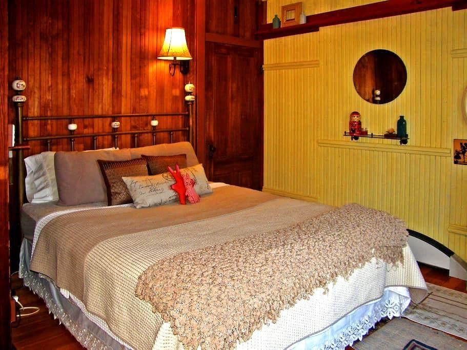 Yellow Sun room @ HappilyFactory - Weymouth - Huis