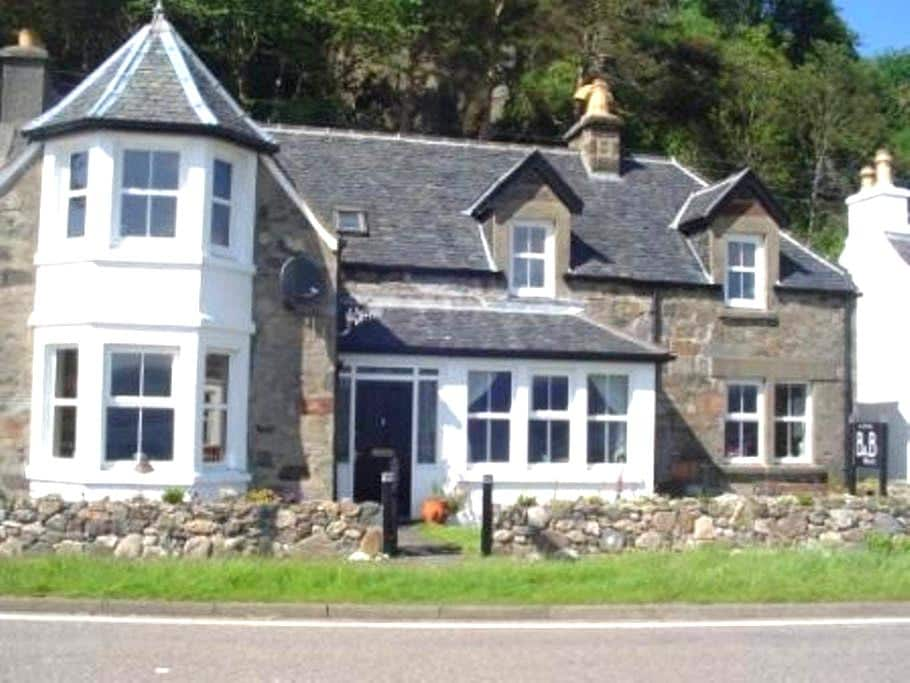 Lovely room with Stunning Loch view - Balmacara - Bed & Breakfast