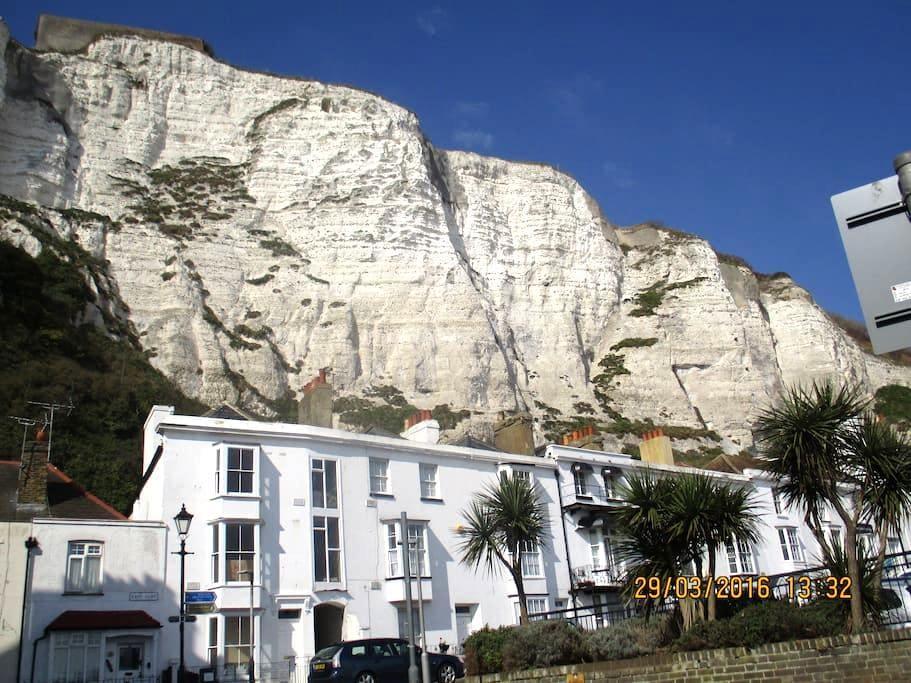 SAME STREET as The White Cliffs! - Dover - House