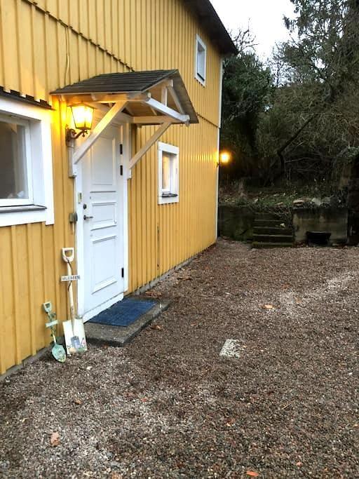 Rymligt hus med rogivande  trädgård - Trensum