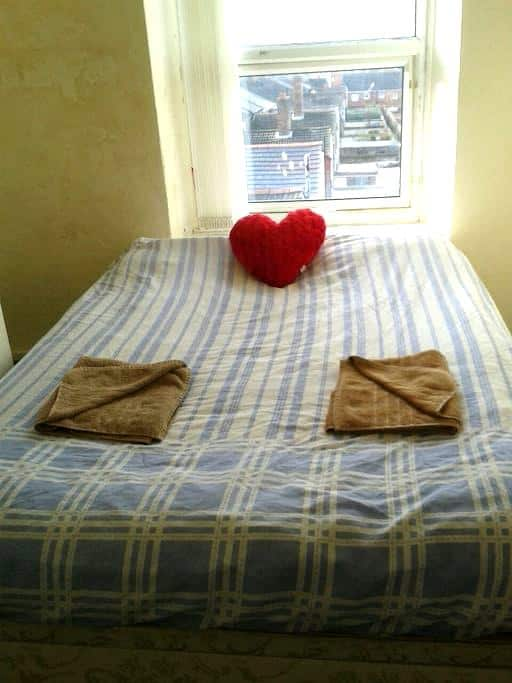 Smaller Double Room - Bootle - Apartment