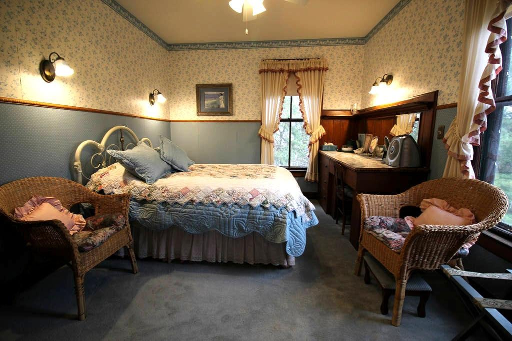 Single Room with a Full Size Bed - Amherst - Bed & Breakfast
