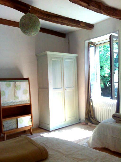 Dans la nature et le calme, la chambre Tilleul - Maleville - บ้านดิน