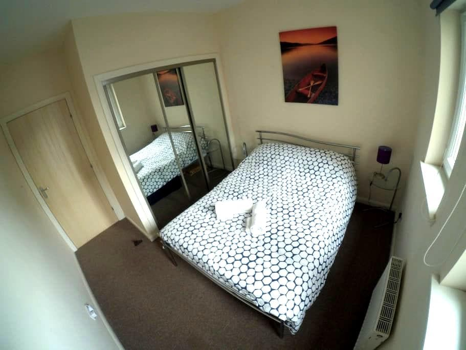 Double bedroom 15 min away from Edinburgh Airport - Livingston - Lägenhet