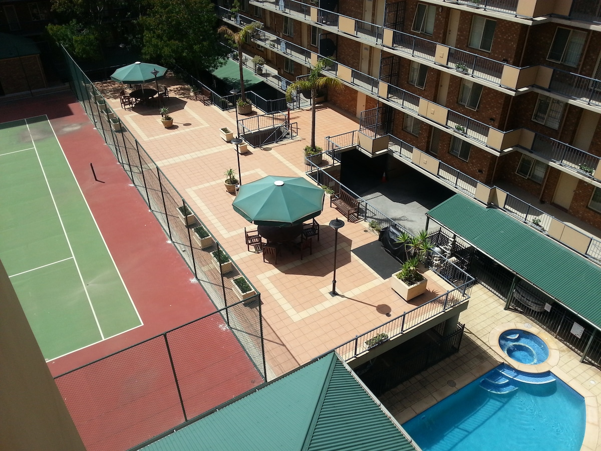 Pool, gas bbq, spa, sauna, gym, tennis court, secure carpark, meeting room for 20 pp.