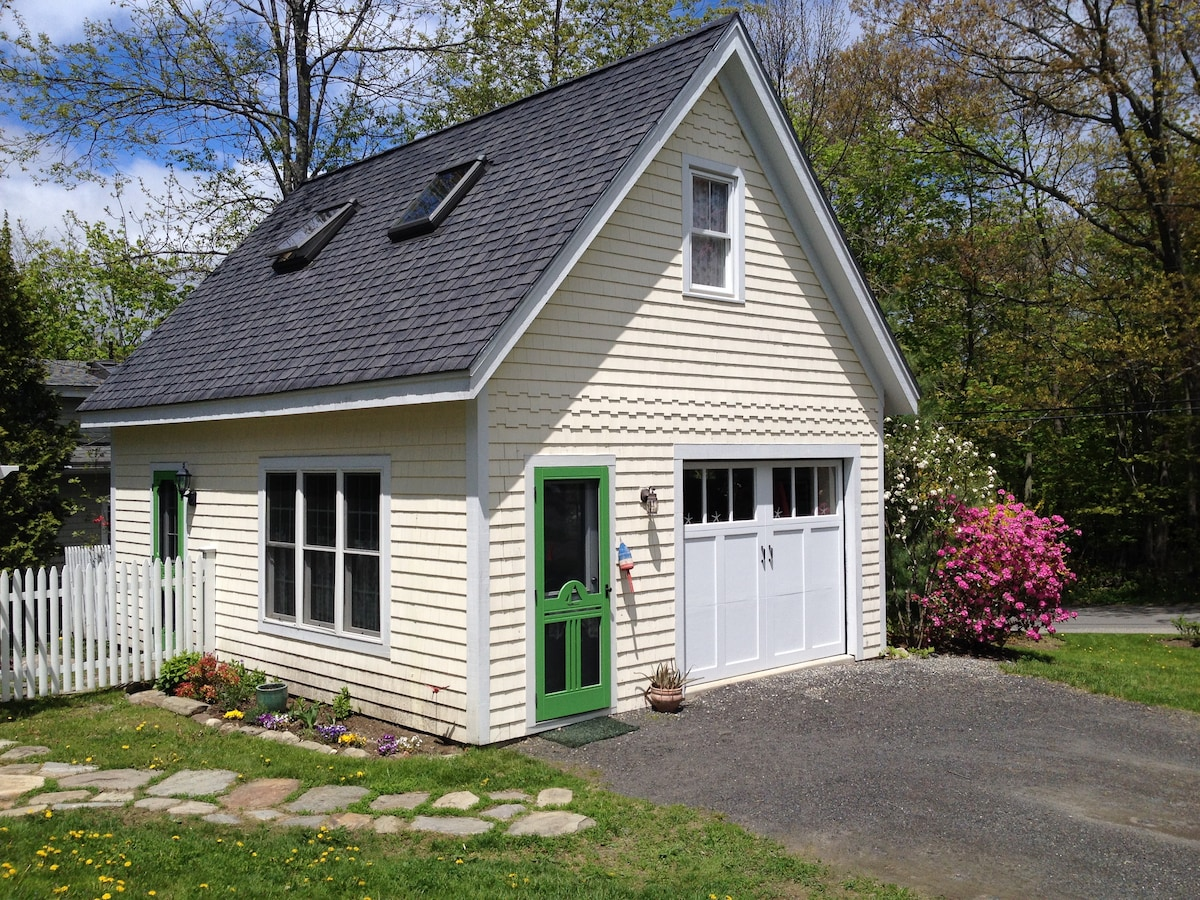 Jacobs Ave Cottage- In Town
