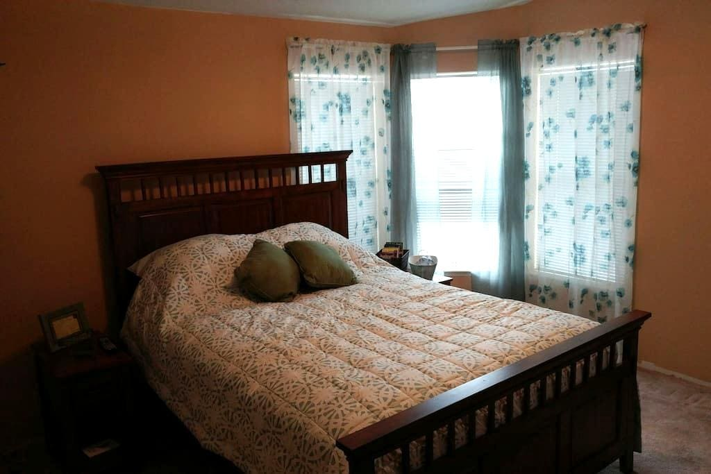 Master Bedroom with private entrance & river view - Richland - Casa