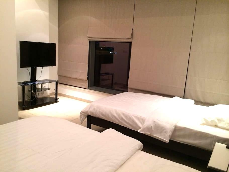 Twin Beds Room (Restroom Attached) - Dubai - Flat