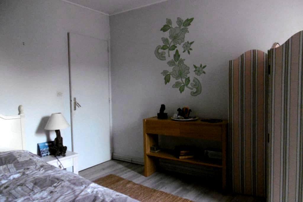 Un chambre douillette dans une jolie rue classée.. - Bois-le-Roi - บ้าน