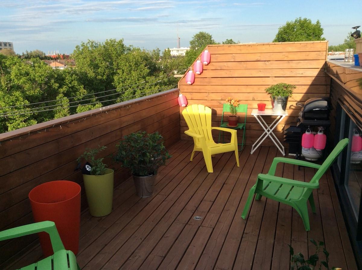 Terrasse sur le toit pour y prendre un petit déjeuner au soleil ou bien une bière en soirée.