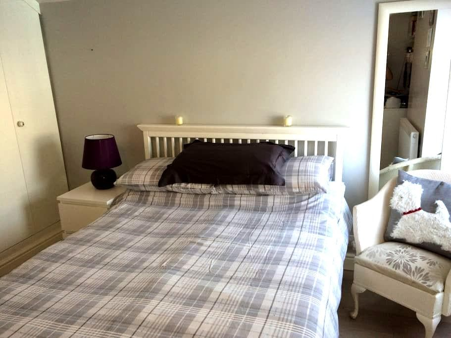 Cosy bedroom in the leafy suburbs - Cardiff - Dům