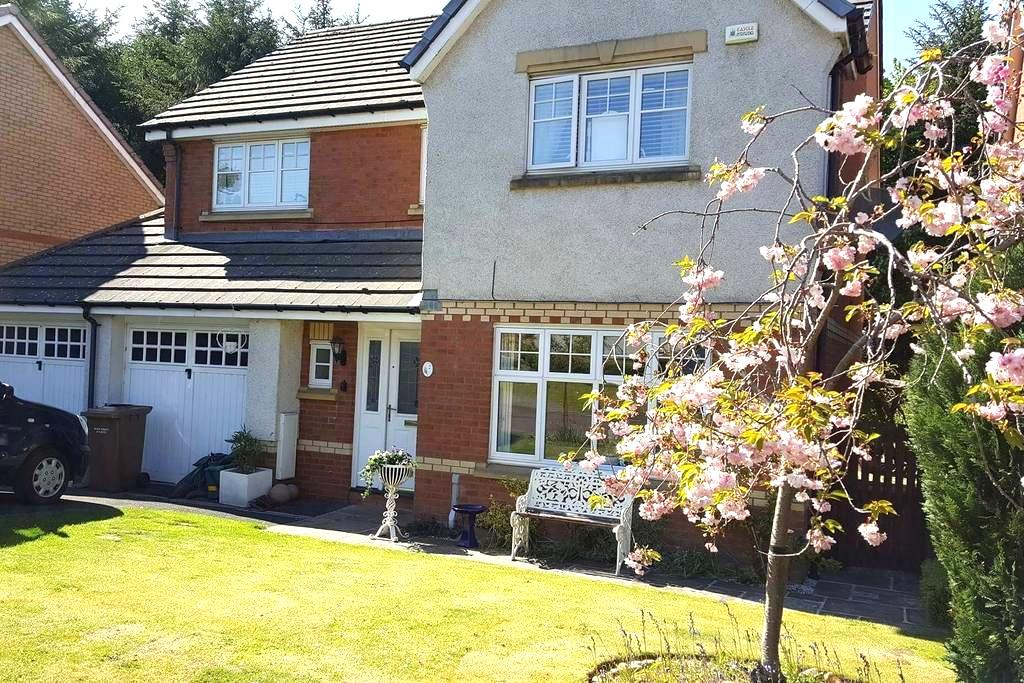 Delightful Detached Suburban House - Livingston