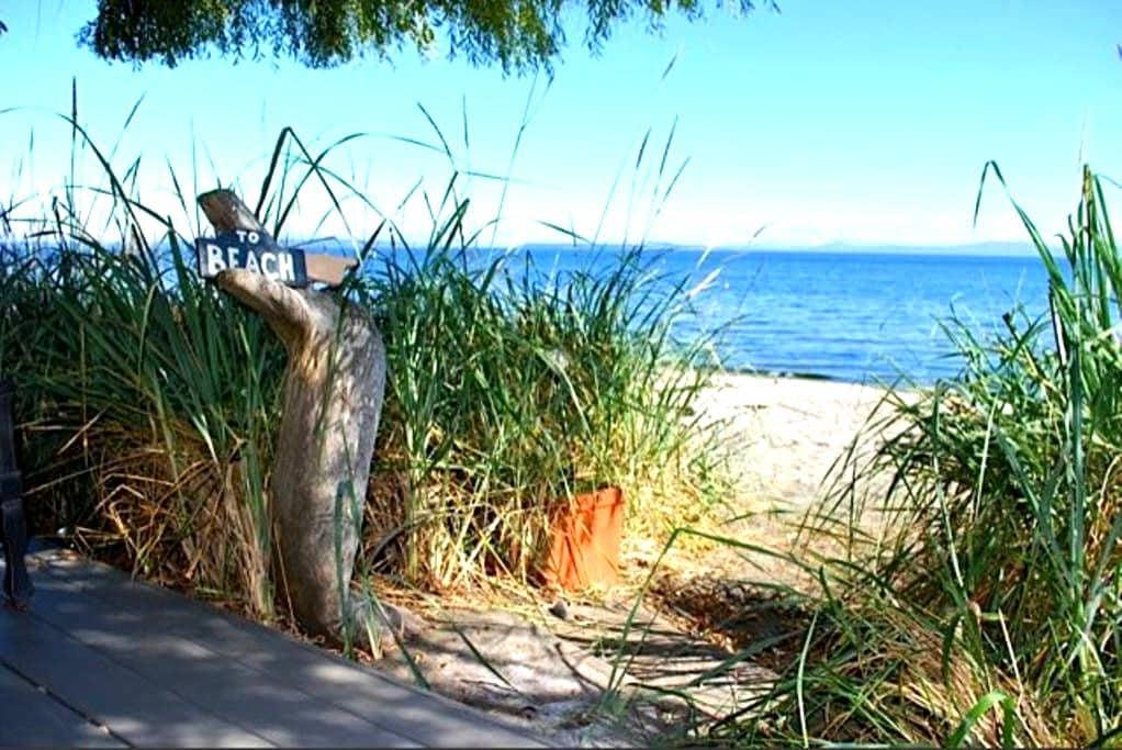 Beach House Retreat in Cordova Bay - Victoria