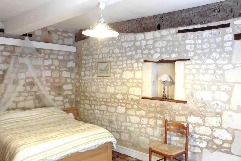 Chambre, petit village, sud de Fontevraud/Chinon - Vézières - บ้าน