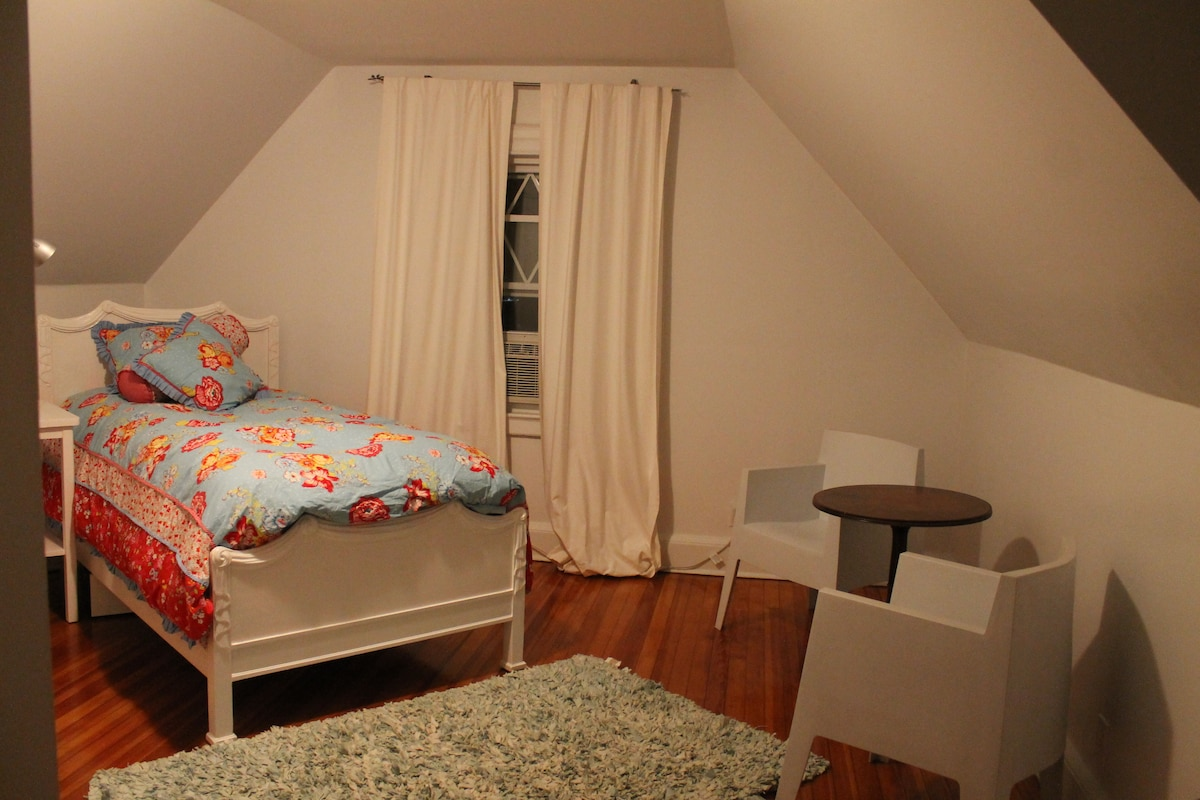 second bedroom, with space for 3 more people