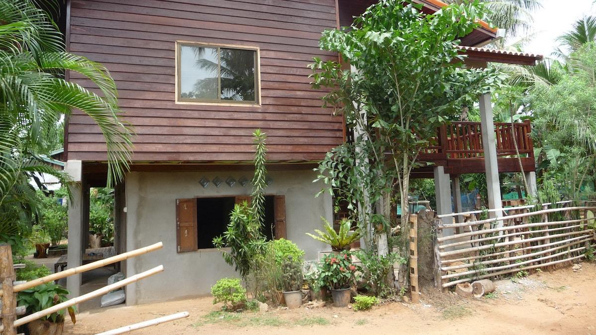 L'entrée à droite vers la terrasse. La fenêtre du haut donne sur la grande pièce de vie