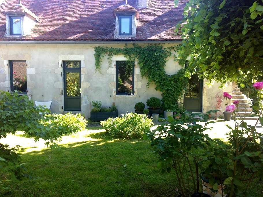 Maison de charme avec jardin dans hameau au calme - Saulcet - Casa