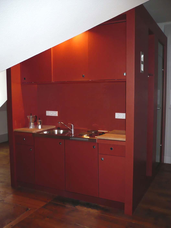 Die rote Box mit Mini-Küche (Nespresso-Maschine, Toaster, Wasserkocher, Mikrowelle u.v.m.)
