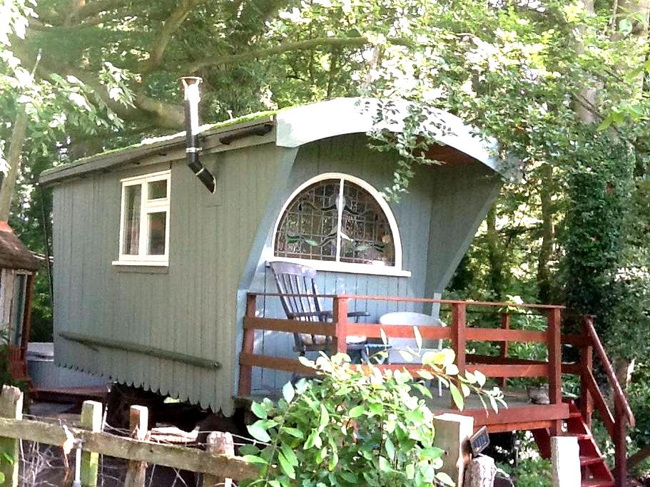 Cosy Shepherds Hut with Hot Tub - Redditch