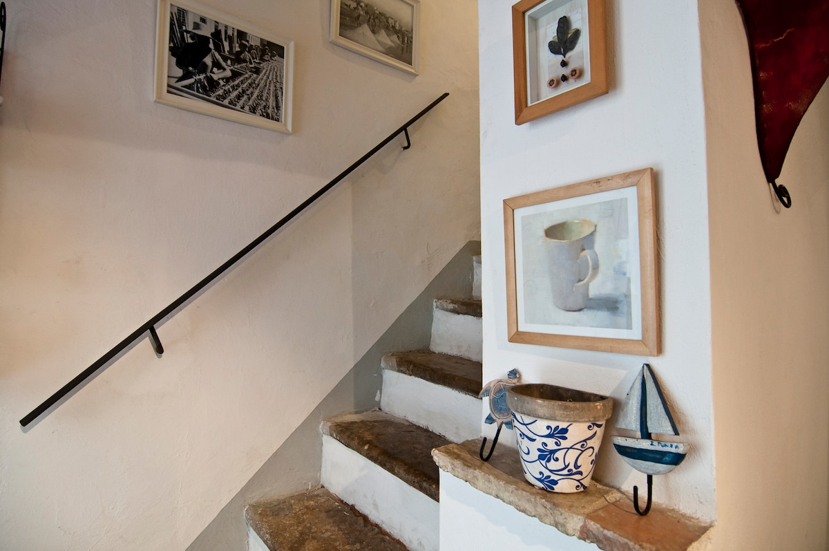 staircase leading up to 2nd floor