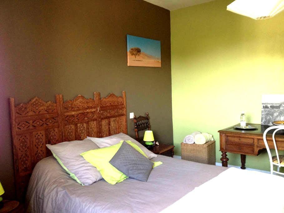 chambre dans maison avec piscine 25kms de Bordeaux - Portets - House