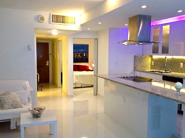 View from the living to entrance and the bedroom/ Vista desde el salón hacia la entrada y el dormitorio