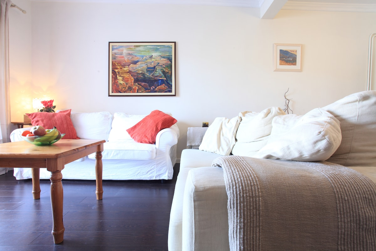The relaxing living area with a wonderful view of Tibidabo which lights up at night