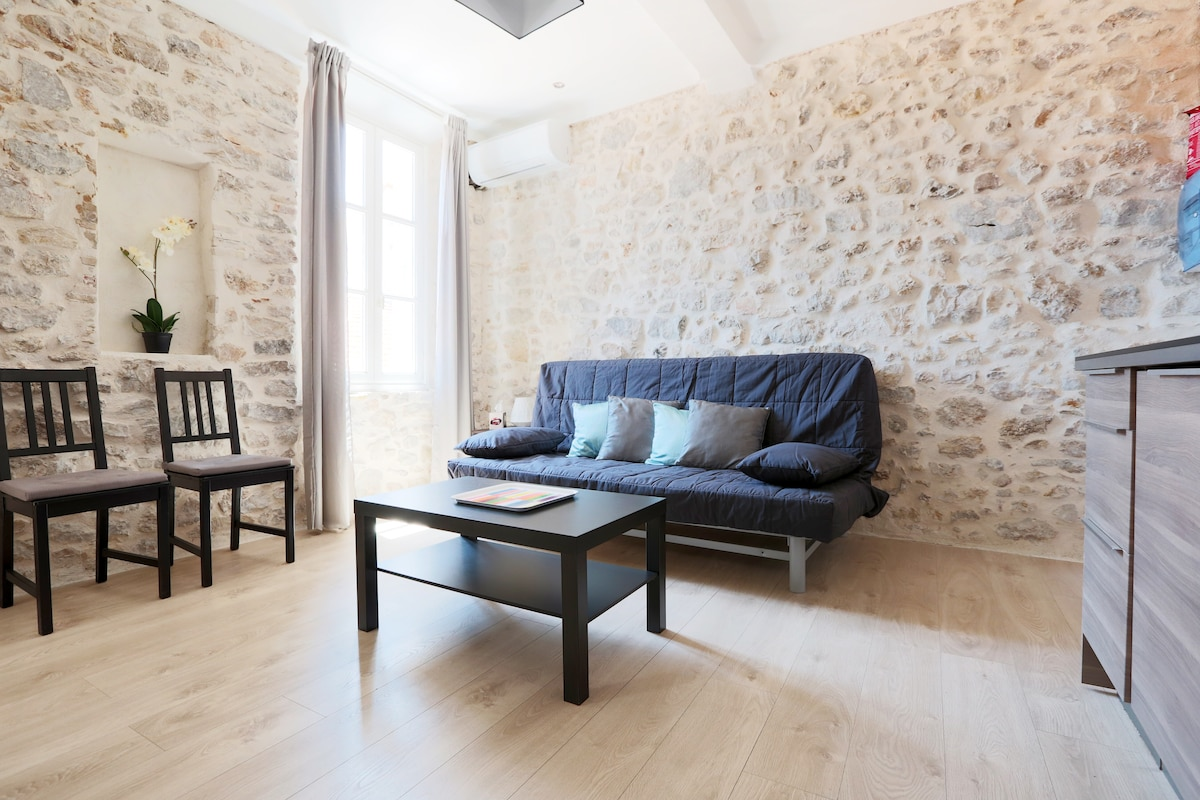 Heart of Old Antibes - 2 rooms J