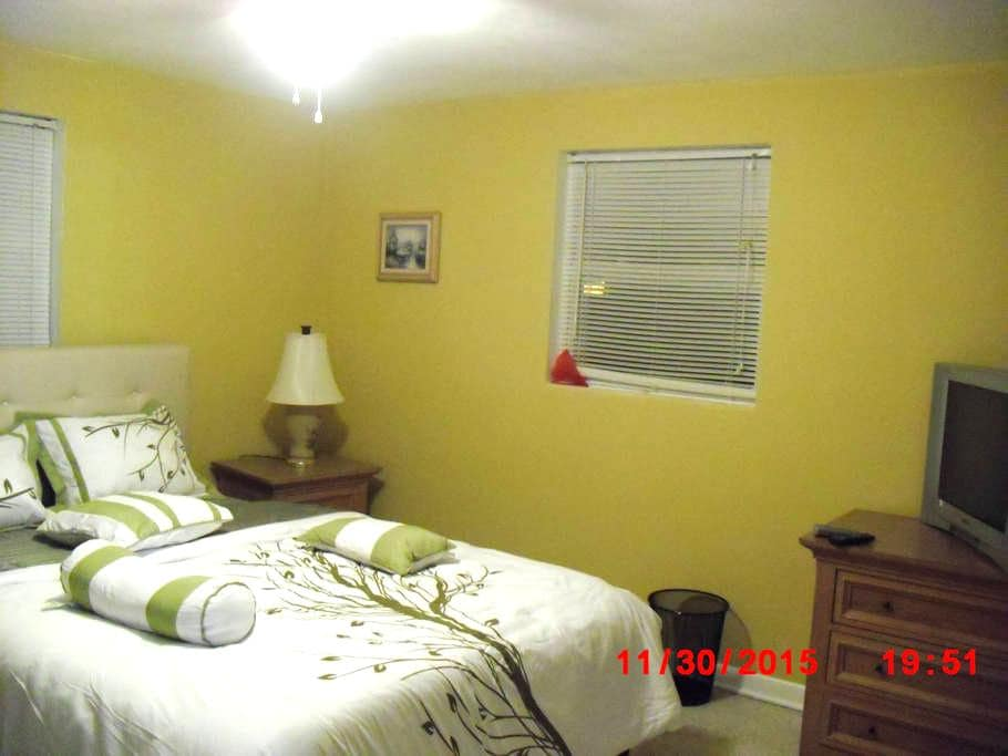 Clean and Bright room in sunny Fl - Holiday - Hus