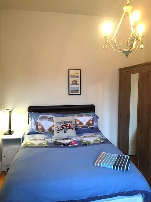 Double bed in relaxed house. - Altrincham