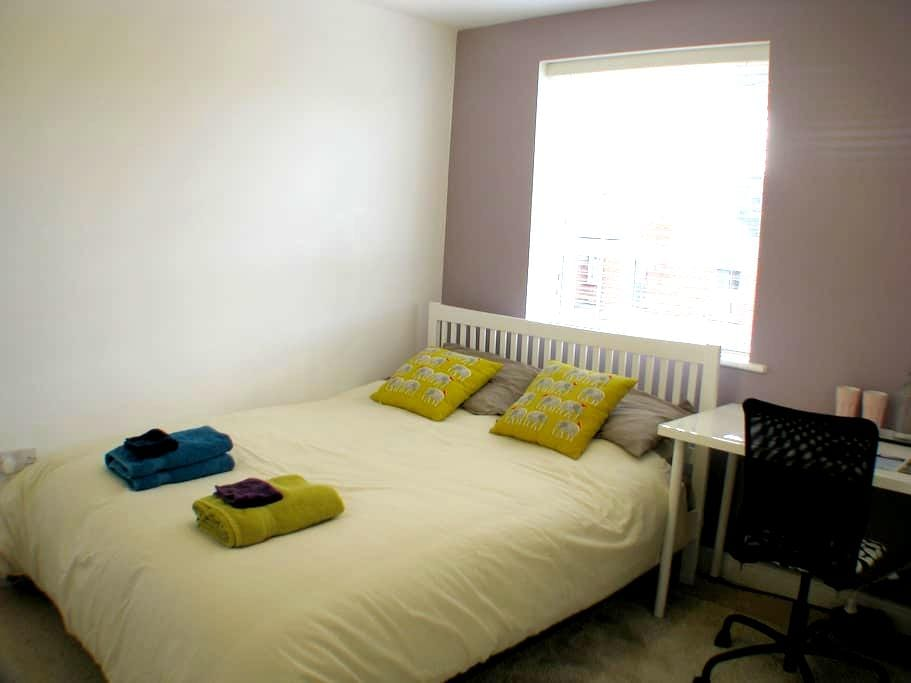 Modern room with king-size bed - เอ็กซิเตอร์ - บ้าน